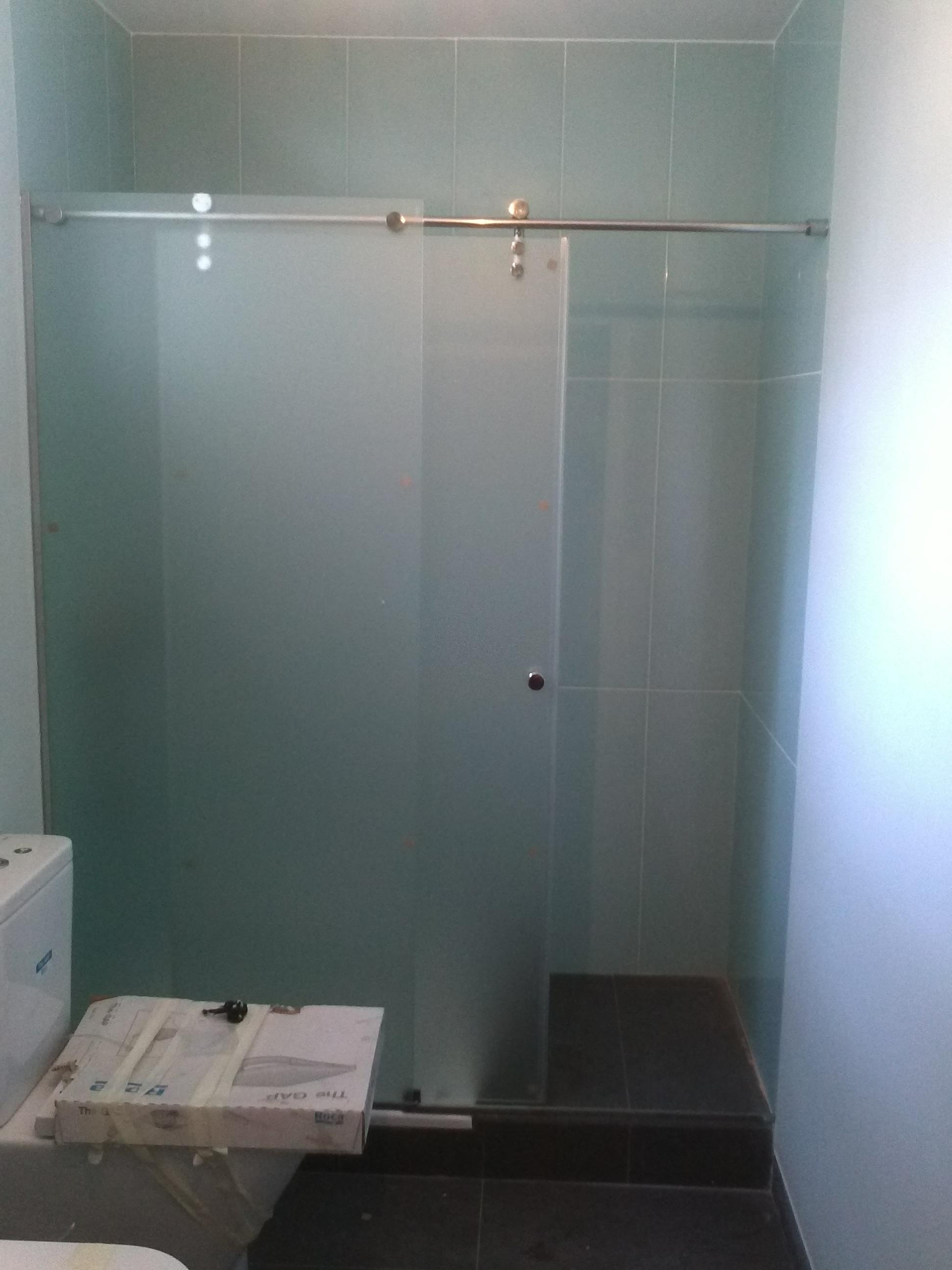 Instalacion y montaje de mamparas correderas de cristal en - Mamparas de ducha correderas ...